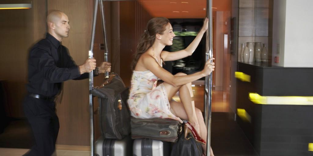 donna porta bagagli